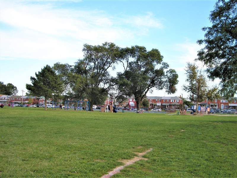 Gray-Manor-park-parkfront-houses-playground-fields-DSCN0946